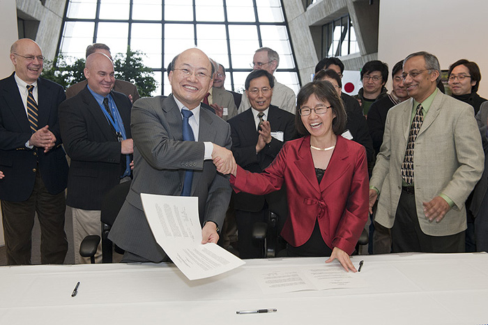 On Jan. 24, Dong-Pil Min, the chairman of the Korea Research Council of Fundamental Science & Technology, and Young-Kee Kim, deputy director of Fermilab, signed a Letter of Intent to collaborate on activities such as superconducting radio-frequency technology and accelerator-based sciences, including detectors, computing and data analysis. Photo: Reidar Hahn.