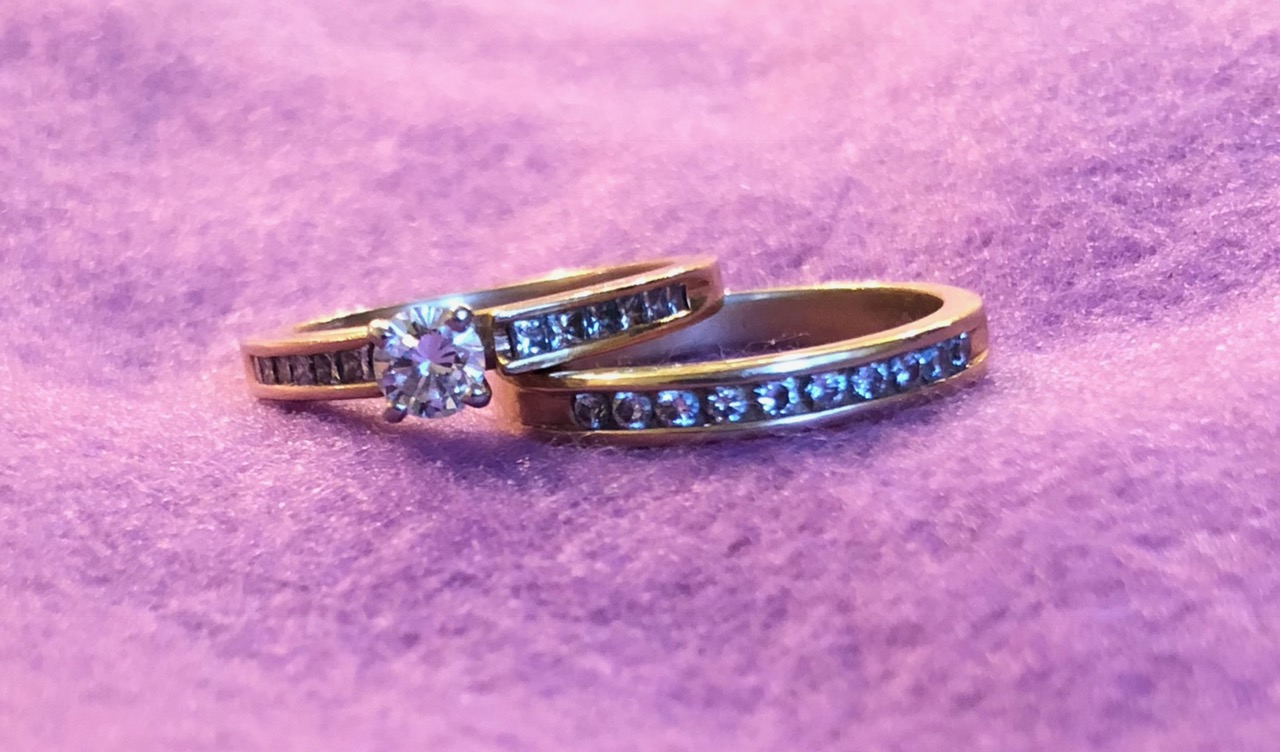 For sale: engagement and wedding ring set | News