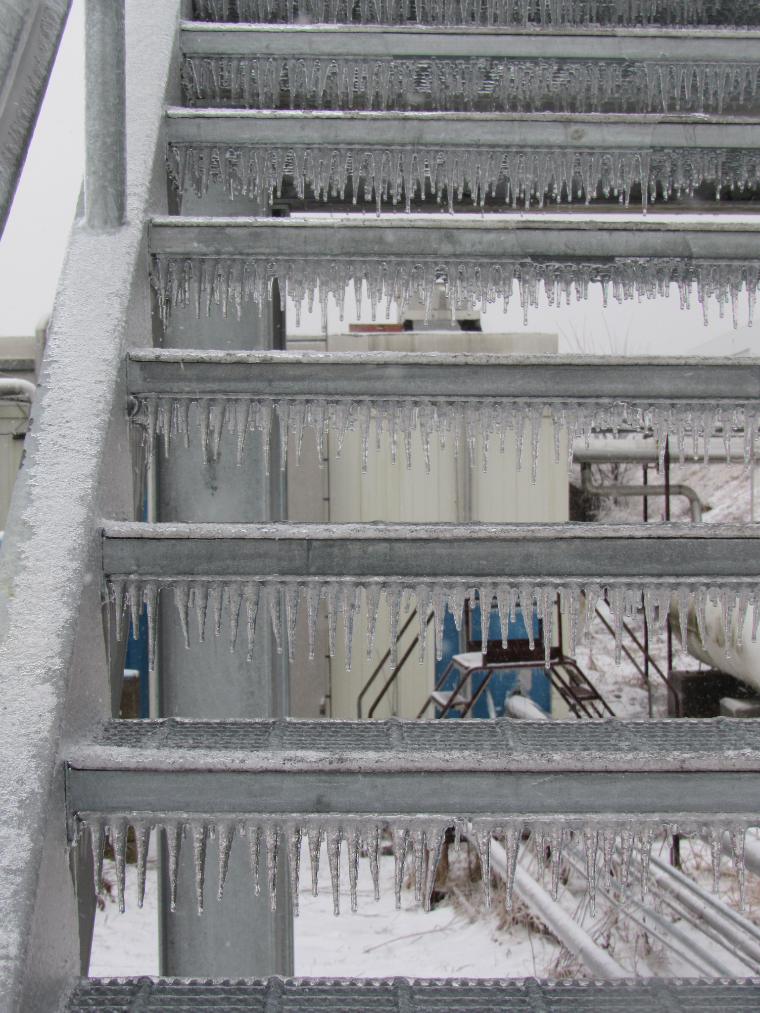 (3/3) Watch for falling icicles from the overpass stairway. winter, ice, everyday objects Photo: Luciano Elementi